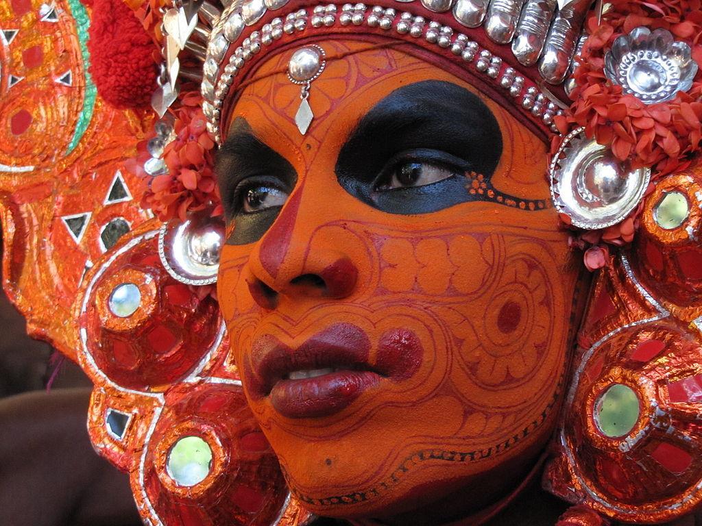 Schwarzer Stammesmann orange geschminkt.